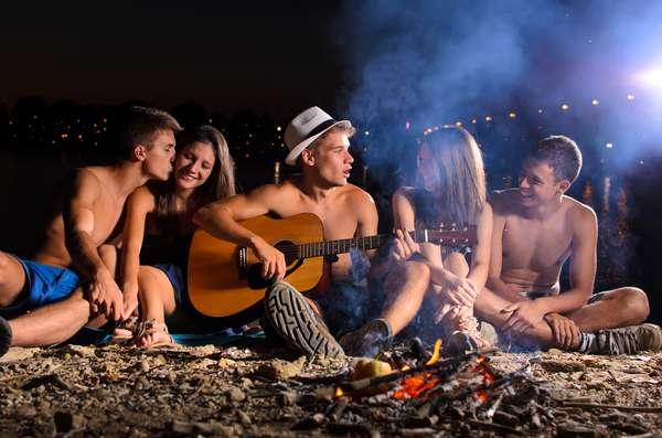 Durante o verão, reunir-se com um grupo de amigos na praia ao som de um violão é bastante comum para garantir a diversão