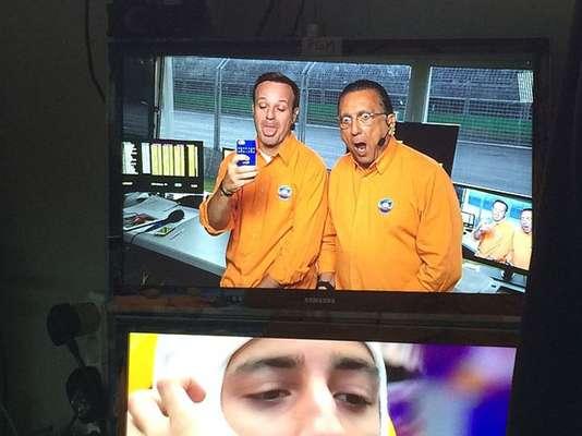 BrincadeiraRubens Barrichello e Galvão Bueno fazem careta em cabine de transmissão durante treino de classificação