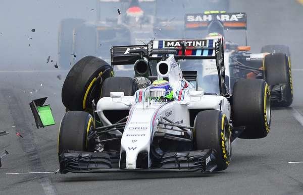 Cercada de expectativas, a estreia de Felipe Massa pela Williams acabou na primeira curva do Grande Prêmio da Austrália: o brasileiro - que largava em nono lugar - foi atingido pela Caterham do japonês Kamui Kobayashi, que saiu do 15º lugar no grid