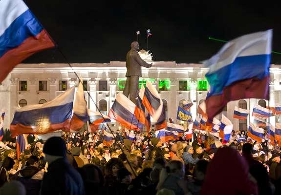 Mais de vinte mil pessoas se reuniram na noite de domingo na praça de Lênin de Simferopol, capital da república separatista da Crimeia, para festejar a vitória da reunificação com a Rússia no referendo