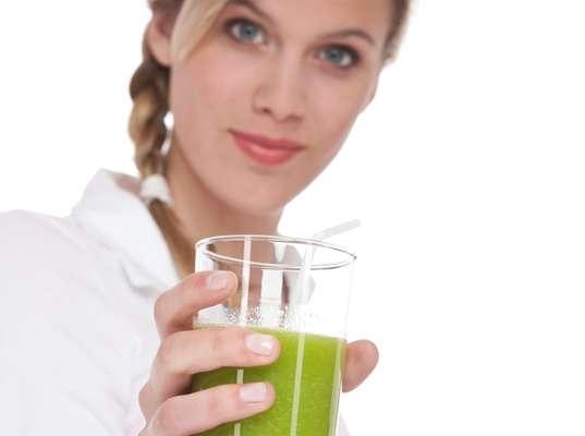 Sucesso no verão, sucos verdes ajudam a diminuir o apetite, desintoxicar o corpo e acabar com a retenção de líquido