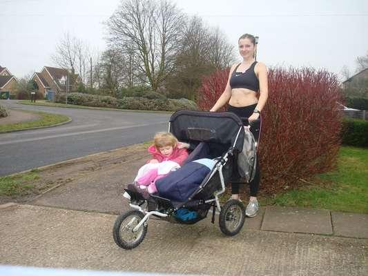 Marcela Gracova corre 12 km empurrando carrinho de bebê duplo com os filhos dentro