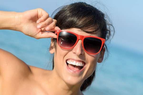 Indispensáveis do início ao fim do verão, a proteção oferecida pelos óculos escuros não é comprometida pelo tamanho e pela cor das lentes dos modelos