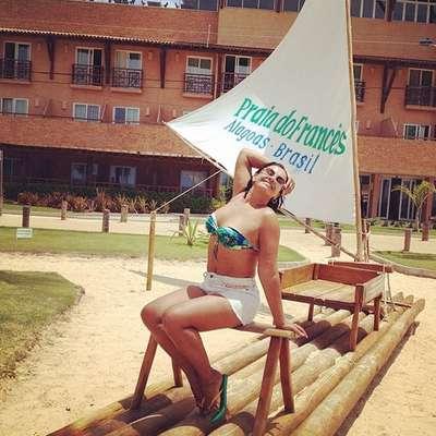 """Durante viagem para Alagoas, Solange Couto mostrou as curvas usando biquíni tomara-que-caia com estampa azul e verde, microssaia branca e chinelo. A atriz, que tem 56 anos, já passou por uma cirurgia de redução de estômago e perdeu mais de 40 kg. """"Gostooooooso!"""", escreveu ela na legenda enquanto curtia a praia"""