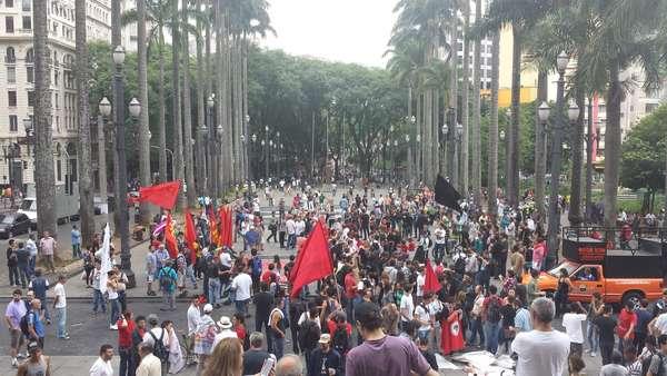 São Paulo - Cerca de 1 mil pessoas se reuniram na tarde deste sábado na Praça da Sé, em São Paulo, para a Marcha Antifascista, evento organizado em resposta à Marcha da Família