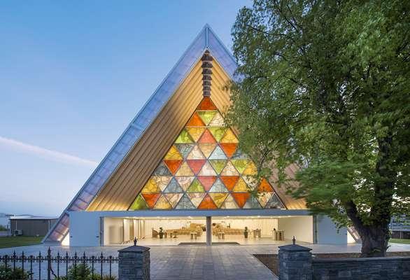 Com linhas elegantes e usando materiais inusitados, como papel, o japonês Shigeru Ban recebeu o Prêmio Pritzker de 2014, considerado o Nobel da arquitetura. Uma de suas obras mais impressionantes é esta catedral, feita com tubos de papelão