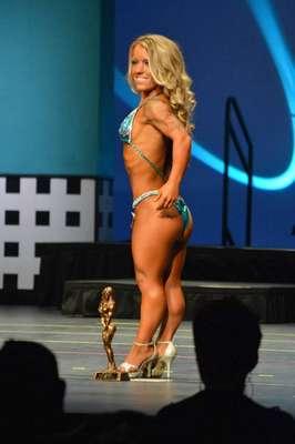 Amanda Loy tem 1,22m e participou de uma competição de fisiculturismo, na qual recebeu um troféu