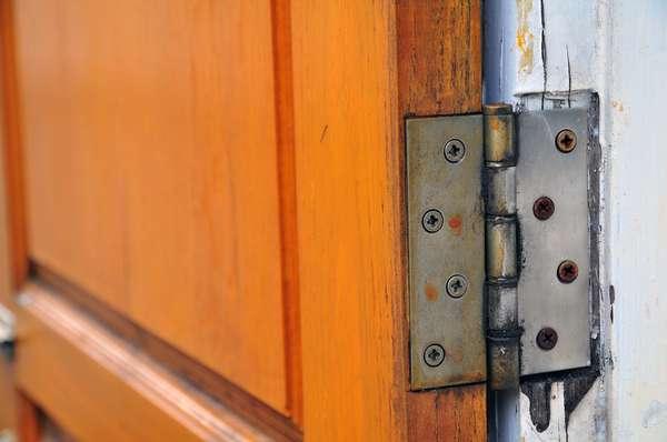 Dobradiças são o esqueleto da porta e podem durar décadas, mas para isso é preciso evitar que elas enferrujem