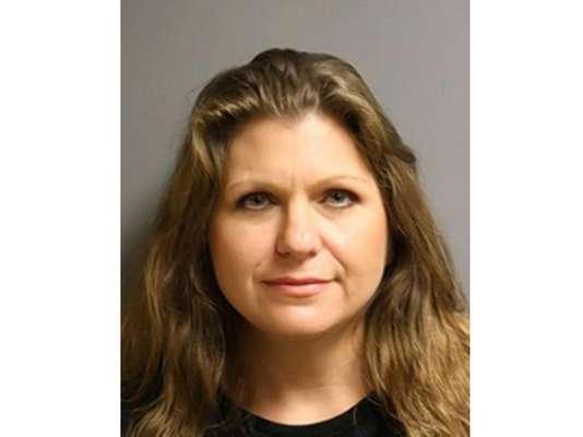 Corrie Ann Long , maestra de matemáticas de 43 años de edad fue acusada de practicar por cerca de cinco meses sexo oral a uno de sus alumnos. Luego de pagar una fianza de 30.000 dólares fue liberada.