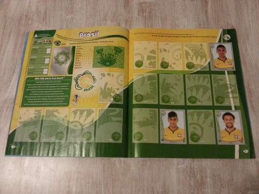 Página da Seleção Brasileira no álbum da Copa do Mundo de 2014: Neymar é o principal astro