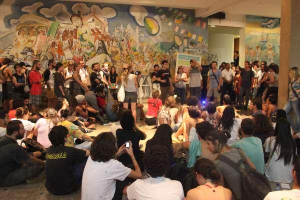 Alunos da Universidade Federal de Santa Catarina (UFSC) decidiram passar a noite no prédio da reitoria após o tumulto que resultou em cinco estudantes presos e dezenas de feridos