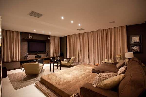 O home theater projetado pela arquiteta Denise Monteiro é isolado do resto da casa por cortinas e portas. Assim, a experiência de cinema em casa fica bem mais real. Informações: (11) 3167-6347