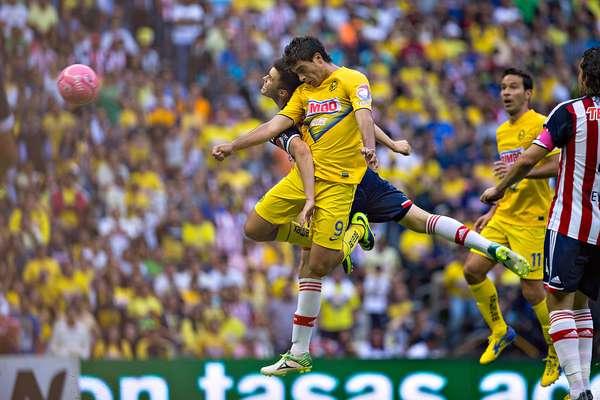 Con goles de Raúl Jiménez y Luis Gabriel Rey, marcados en un lapso de tres minutos, América resolvió el partido para vencer 2-0 a Chivas y sumar su segunda victoria consecutiva frente al Rebaño, la última vez que se encontraron, en duelo celebrado en el estadio Azteca, en el torneo Apertura 2013.