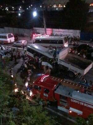 Caminhão caçamba perdeu controle e colidiu contra micro-ônibus na zona centro-sul de Manaus