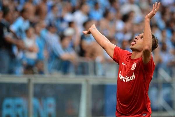 Rafael Moura vibra com gol; atacante sai da Arena Grêmio como herói do Internacional com dois gols no segundo tempo