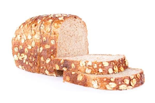 O pão integral é rico em fibras, que auxiliam na diminuição dos níveis do colesterol ruim no sangue