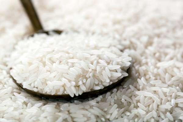 Arroz brancoNo preparo do arroz branco, use duas xícaras (chá) de água para cada xícara (chá) de arroz. A dica para evitar excesso de óleo é cozinhar água junto com algumas folhas de alface por cima, que absorverão o seu excesso. Depois, basta retirá-las