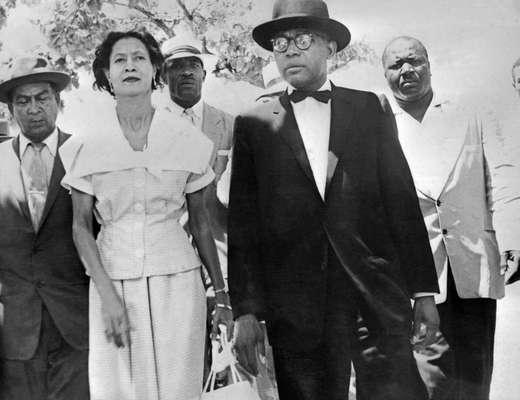 Setembro de 1957 - François Duvalier e a esposa Simone votam em eleição presidencial, na qual Duvalier desponta como o principal candidato