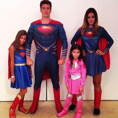 Vera Viel, com o marido, o apresentador Rodrigo Faro, e as filhas Clara (à esq.) e Maria (à dir.)