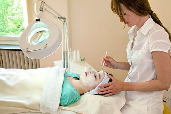Derivado da vitamina A, o ácido retinóico é indicado no tratamento contra acne, rugas e manchas por atuar na renovação celular e no estímulo à produção de colágeno