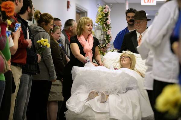 Casar na unidade de tratamento intensivo no Hospital Good Samaritan, na Pensilvânia, não estava nos planos de Heather Miller e Brian Neff, mas foi o jeito que eles encontraram para selar o compromisso