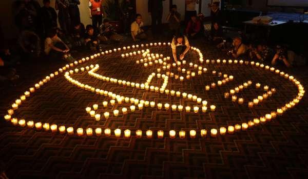 Familiares de passageiros a bordo do voo MH370, da Malaysia Airlines, fazem vigília no início da madrugada desta terça-feira em Pequim, na China, no momento em que as buscas pela aeronave completam um mês. Dos 227 passageiros, 153 eram chineses. O chefe da agência australiana que coordena a procura pelo avião da Malaysia Airlines, Angus Houston, disse que a busca havia chegado a uma fase crítica, porque as baterias da caixa-preta estão prestes a acabar, se já não acabaram, e a chance de encontrar qualquer vestígio na superfície diminuiu
