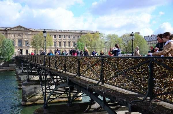 A Pont des Arts coberta por cadeados simbolizando o amor eterno em Paris