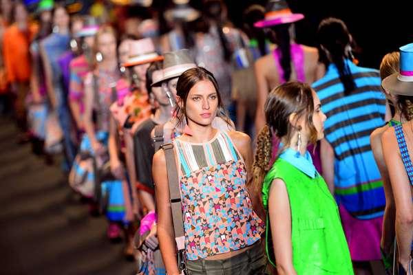 Com DJ na passarela e tecnobrega na trilha sonora, a Espaço Fashion apresentou na noite desta quarta-feira (8) sua coleção para o verão.