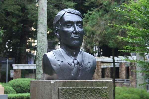 Busto do empresário Eike Batista foi colocado na Praça XV, em Florianópolis