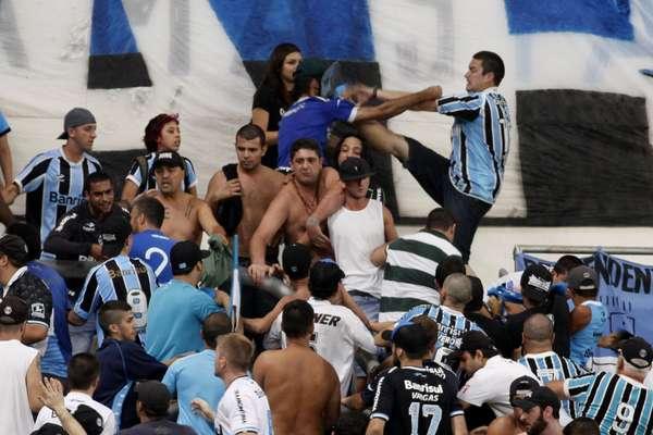 A torcida gremista foi à Arena acompanhar a vitória por 1 a 0 sobre o Nacional, pela Copa Libertadores, e se dividiu entre a festa pelo resultado e a apreensão com briga nas arquibancadas; veja a seguir imagens da torcida