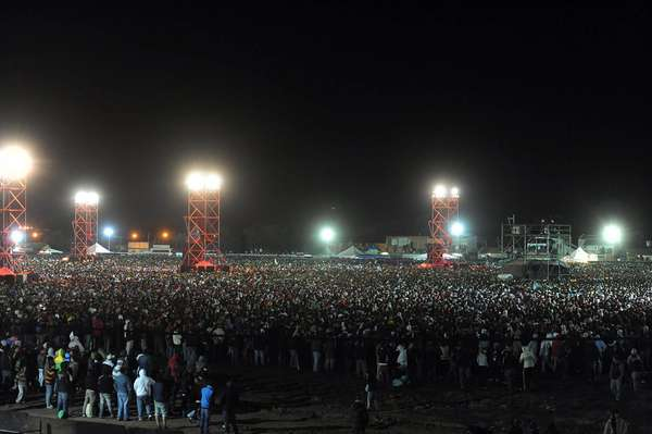 La multitud sigue extasiada el recital del Indio Solari.