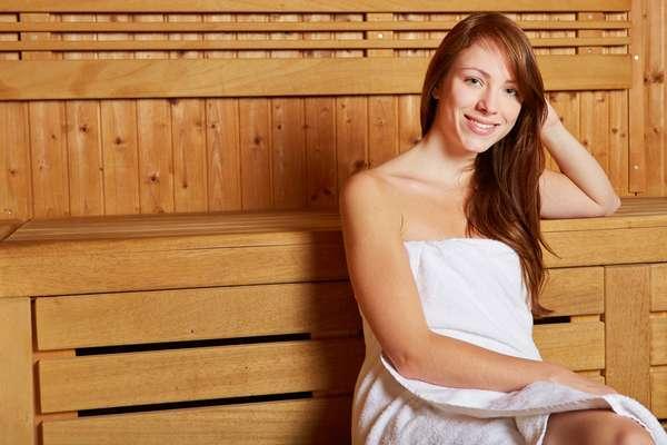 Devido à alta temperatura, a sauna facilita a limpeza e a esfoliação da pele, além de provocar a dilatação dos poros, proporcionando uma melhor absorção de cremes, óleos hidratantes e outros cosméticos aplicados após a sessão