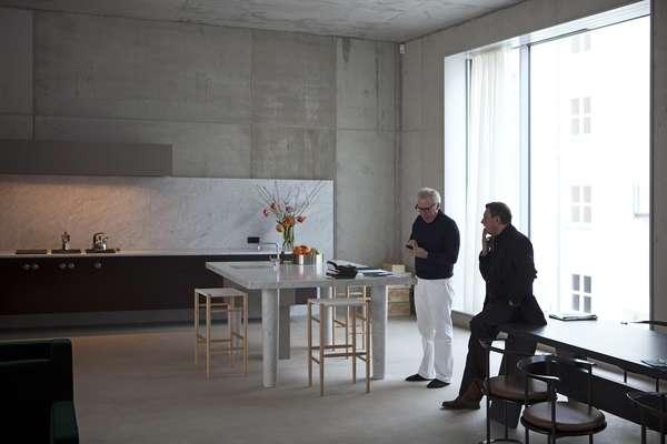 A exposição Onde vivem os arquitetos? faz parte do Salão do Móvel de Milão, maior vitrine da arquitetura e design mundiais. Ela traz fotos que mostram quais as soluções arquitetônicas encontradas pelos arquitetos em seus próprios lares. No destaque, a casa do arquiteto britânico David Chipperfield