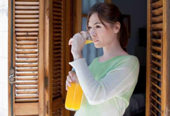 Consume bastante jugo de naranja. Al tener vitamina C hace que las defensas en tu cuerpo se aumente.