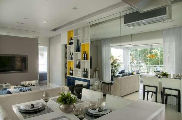 A designer de interiores Cristina Barbara criou um apartamento decorado para o empreendimento Oliva Vila Mascote, na Zona Sul de São Paulo. Para criar uma sensação de amplitude no imóvel de 70 m2 ela recorreu a uma parede de espelhos e à integração de ambientes. Informações: (11) 3842-8562
