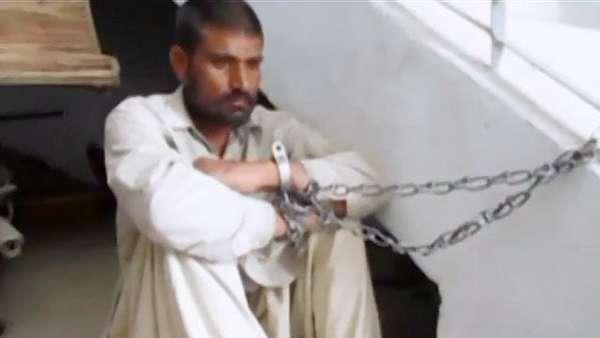 Dos hombres en Pakistán fueron llevados nuevamente a prisión luego de reincidir en actos de canibalismo. Los hermanos cumplieron una condena de dos años y al salir, fueron reportados por sus vecinos debido a un desagradable olor. Los hombres habían cocinado la cabeza de un bebé de apenas cinco días de nacido.