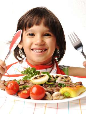 A carne bovina é rica em vitaminas do complexo B, zinco, ferro e proteínas, que atuam no crescimento de músculos, órgãos e tecidos de crianças e adolescentes
