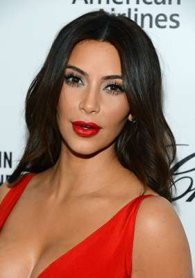 Kim Kardashian deixou os olhos mais suaves e marcou a boca com vermelho, aliás, uma cor bem adequada para o tom de pele dela, explica a maquiadora Tatiana Donadio. É um look que pode ser usado de dia ou de noite, basta segurar a onda do batom vermelho, alerta
