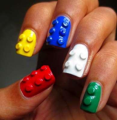 A criatividade foi longe nesta arte: as unhas ganharam aspecto de peças de Lego