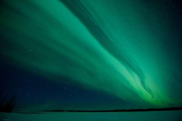 LAS AURORAS BOREALES: Este espectáculo de luces se registraen el Hemisferio Norte, cerca del Polo Norte magnético.Eljuego de luces -en su mayoría verdes-perotambién con destellosrojos y azulesbrillanen lo alto al producirsepartículas cargadas de la magnetosfera y el viento solar chocan con los átomos.