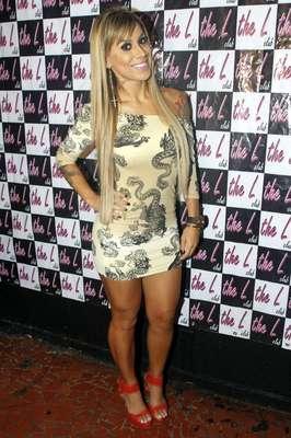A vencedora do BBB14 Vanessa Mesquita se apresentou na boate gay The L Club no último sábado com um vestidinho colado, justo, curto e com estampa de cobras. O modelo deixa um dos ombros, o de tatuagem, à mostra. A peça parece mais uma camiseta, para ser usada com uma legging por baixo do que um vestido. Faltou tecido na parte de baixo e sobrou perna