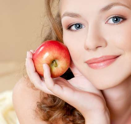 Rica em sais minerais e vitaminas do complexo B, a maçã também possui bastante tanino, que nada mais do que é uma poderosa substância de ação adstringente que atua com eficácia contra as inflamações. Além disso, é fonte de vitamina C, funcionando, inclusive, como um ótimo antioxidante