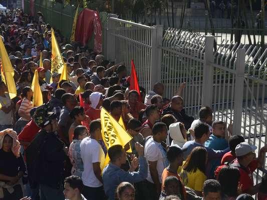 Movimentos sociais bloqueiam uma das pistas do viaduto Jacareí, na região central de São Paulo