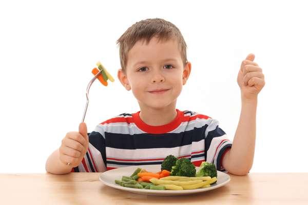 Coloque no prato uma boa variedade de alimentos nutritivos, mas não pressione a criança para comê-los