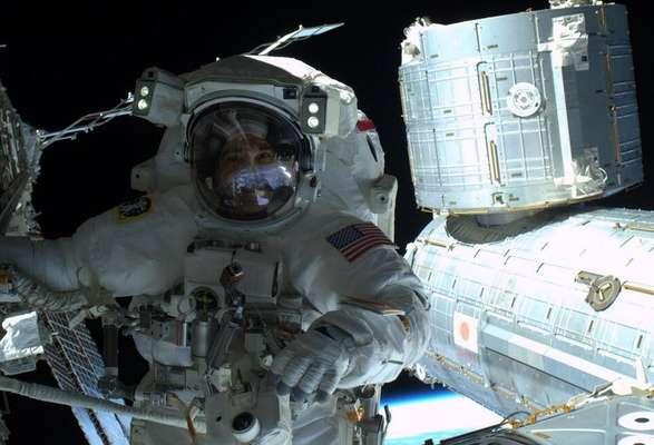 """""""Um selfie no espaço. Notem que a Terra está refletida em meu visor"""", disse Rick Mastracchio"""