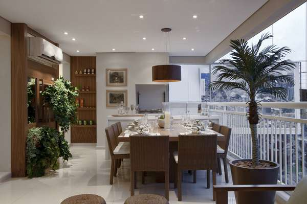 Chamada para criar um apartamento decorado para um empreendimento no bairro de Santana, na Zona Norte de São Paulo, a designer de interiores aproveitou a ampla varanda de 32 m2 para criar uma área social integrada. Informações: (11) 3842-8562
