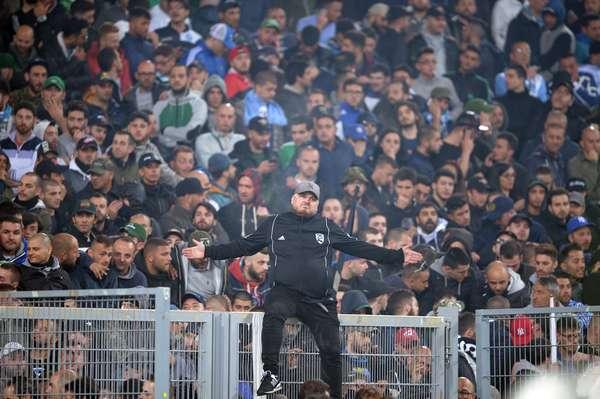 Líder de organizada do Fiorentina senta sobre o alambrado do Estádio Olímpico de Roma; final da Copa da Itália, contra o Napoli, teve seu início atrasado por conta de tumulto entre os torcedores. Com a bola rolando, o time napolitano levou o título com uma vitória por 2 a 1