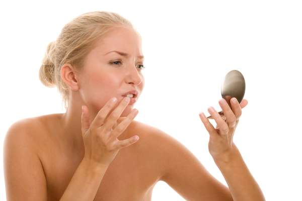 ¿Qué es el herpes labial? El herpes labial, coloquialmente conocido como pupa labial, es una infección producida por un virus simple, que suele aparecer principalmente en los labios (aunque también puede salir en la nariz e incluso dentro de la boca).