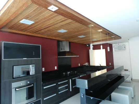 Ao reformar este imóvel em Belo Horizonte, a arquiteta Solange Figueiredo criou uma verdadeira casa de veraneio em plena capital mineira. A transformação começou com a criação deste espaço gourmet...