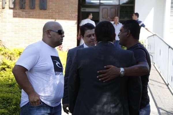 Policiais acusados de torturar os quatro acusados de estuprar e matar a menina Tayná Adriane da Silva, 14 anos, chegam ao Fórum de Colombo